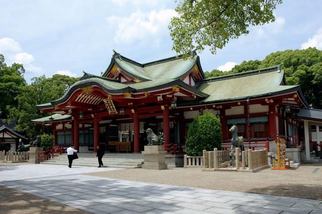 Photo from https://ja.wikipedia.org/wiki/%E8%A5%BF%E5%AE%AE%E7%A5%9E%E7%A4%BE#/media/File:Nishinomiya-jinja02st3200.jpg